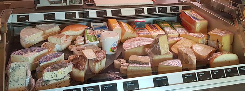 Käsetheke bei Metzgerei Friedel Seckkenheim mit Edamer, Gauda, Camembert, Hartkäse, Frischkäse, Brie, u.v.m.