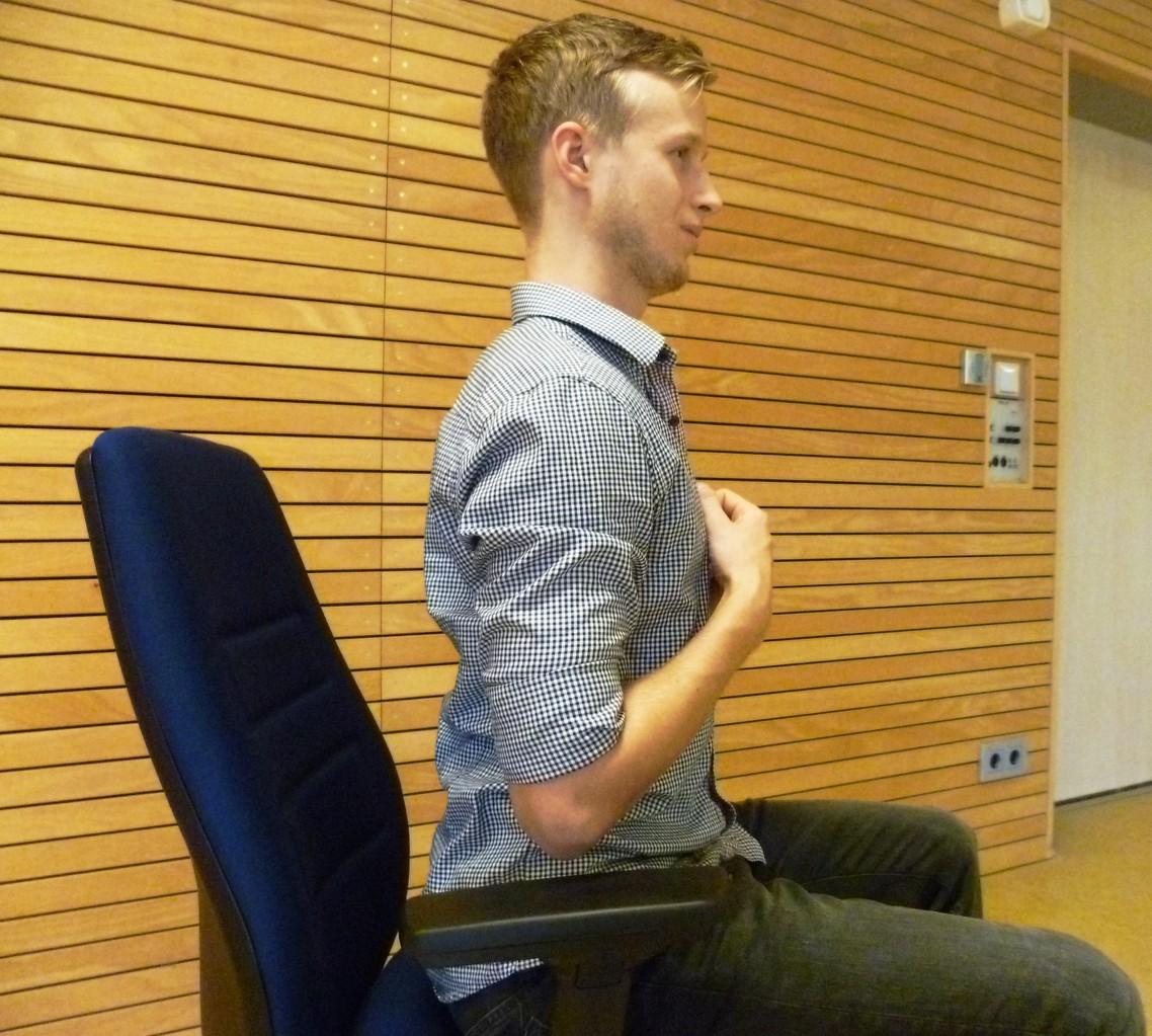 Schultermobilisierung. Schultern werden von unten nach oben und anschließend nach hinten gezogen.