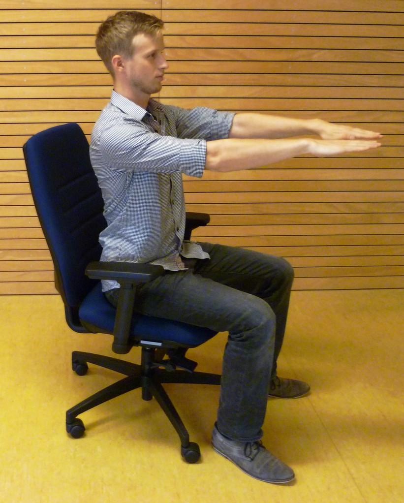 Kräftigung/Lockerung des oberen Rückens. Z.B. bei Nackenverspannungen geeignet. Schultern entspannt halten, Arme sind lang.