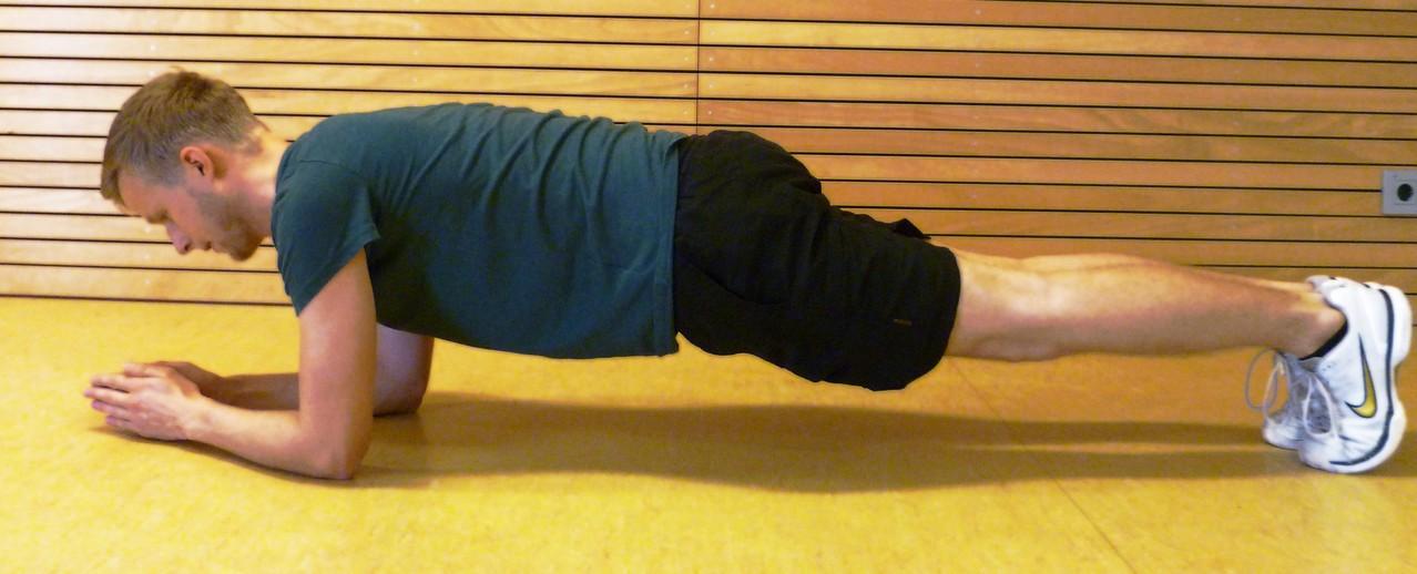 Stärkung Rumpf. Rücken leicht nach oben drücken. Kein Hohlkreuz machen.