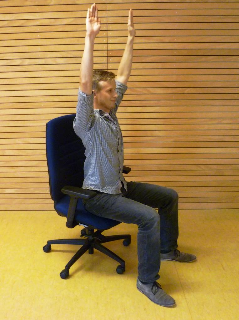 Kräftigung/Lockerung des Rückens. Arme lang nach oben austrecken.