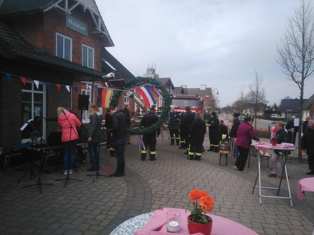 Aufstellen des Maibaums durch die Kameradinnen und Kameraden der Frw. Feuerwehr Pönitz