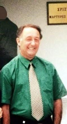 Отец Луизы старейшина, перед входом в местный Зал Царства