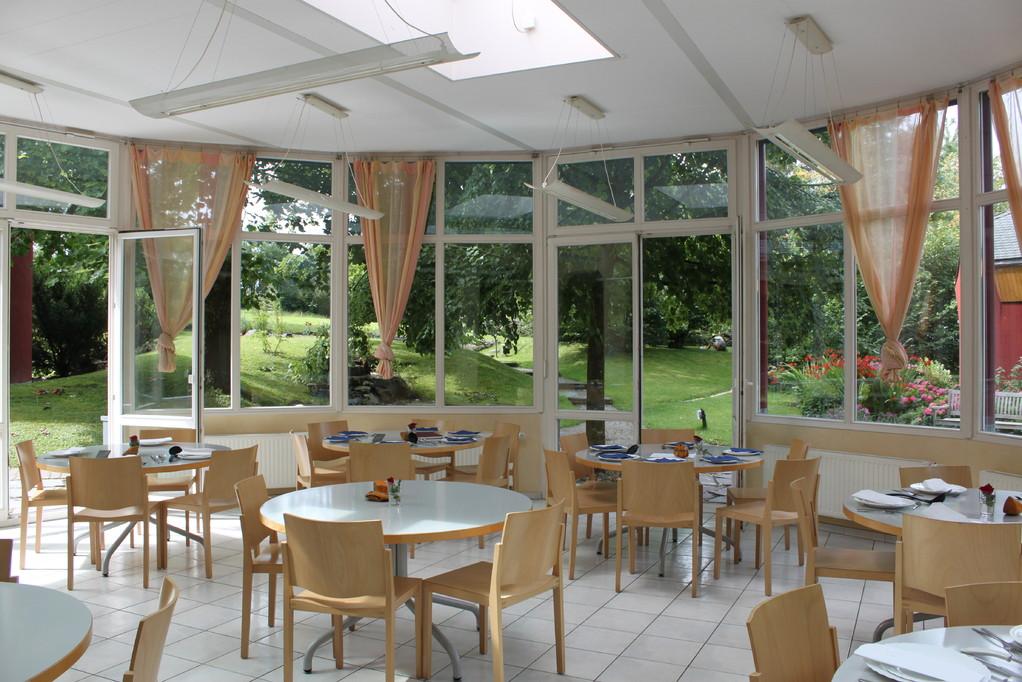 Speisesaal mit Blick in den Garten