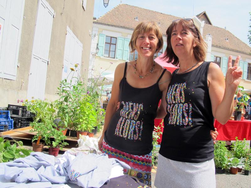 Au stand T shirt, sous le soleil
