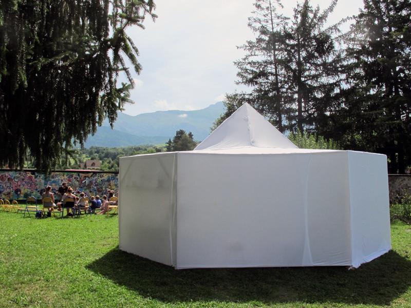 La tente des ateliers dans le jardin de la MEJ