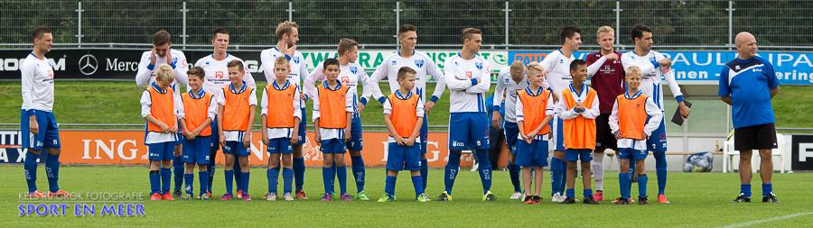 BVCB 1 groet het aanwezige publiek met het team van de week.