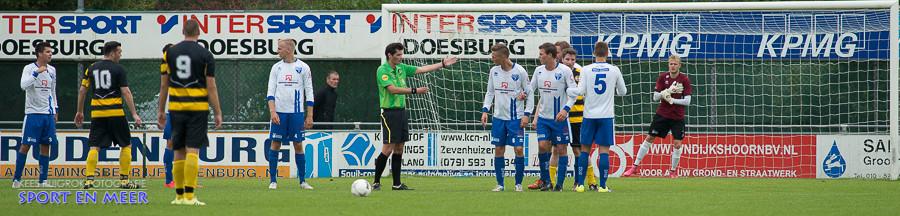 Net voor de rust krijgt Lombardijen nog een vrije trap maar Wesley van der Molen weet deze bal te stoppen
