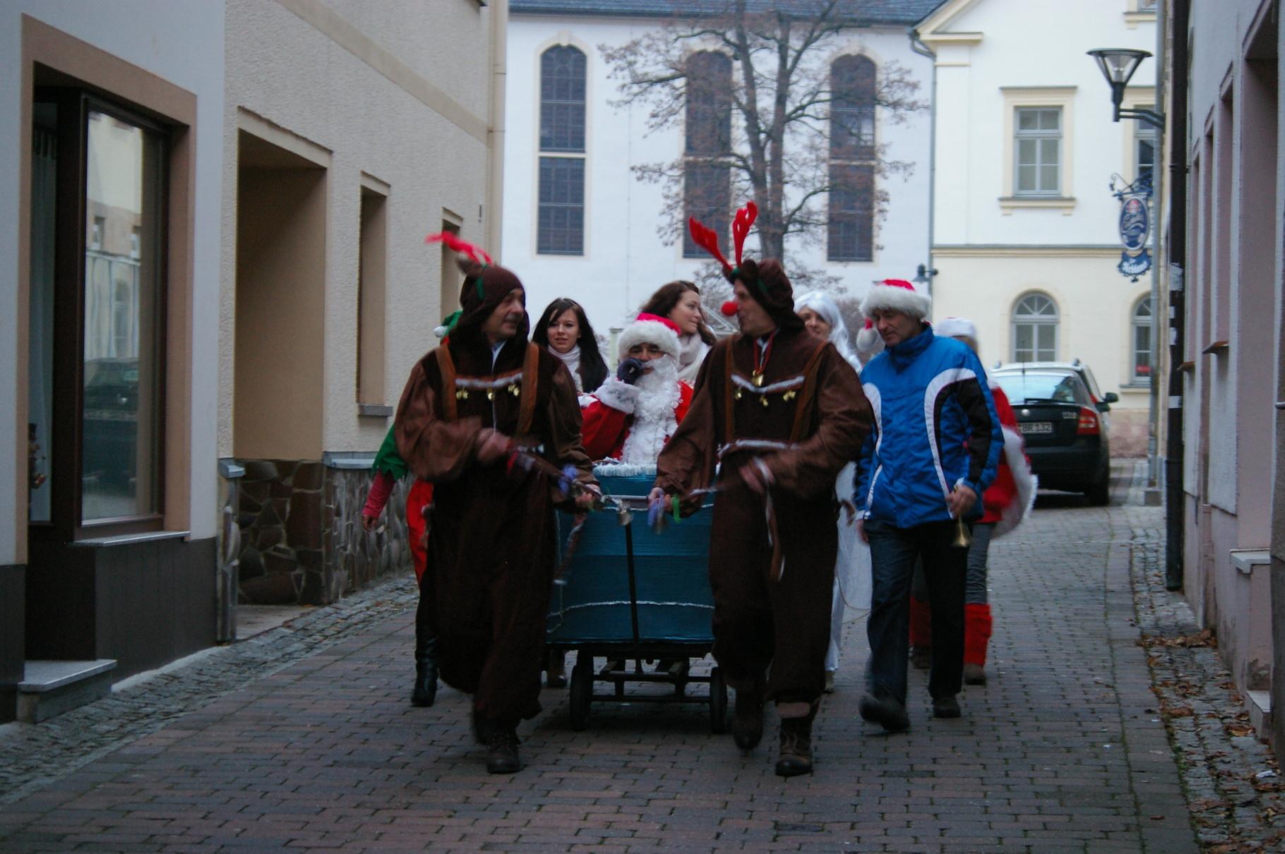 der Weihnachtsmann und seine Helfer