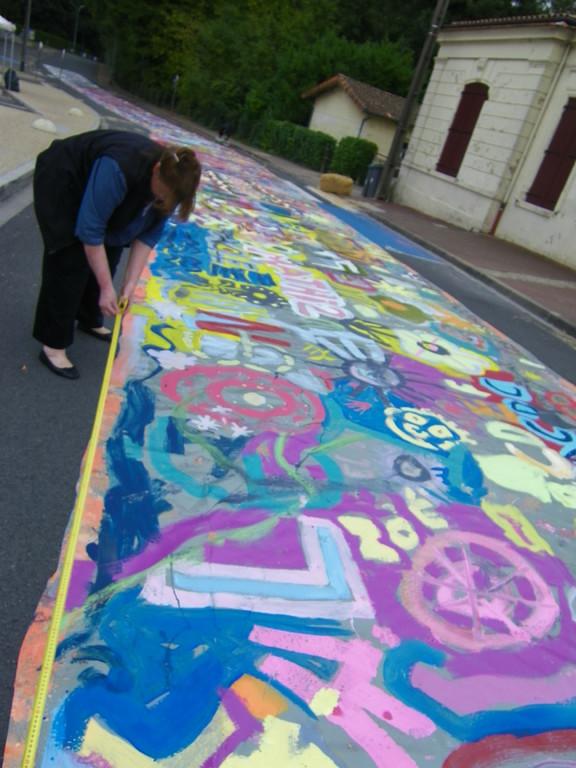 il faut rendre la rue au bitume:  decoupage  en toiles de 3x2metres ( photo ATRAVEZ)