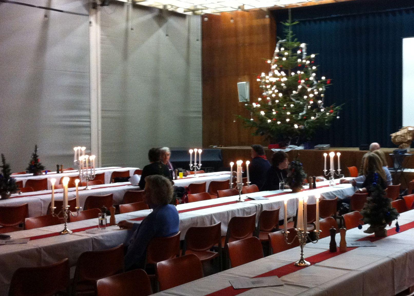 Weihnachtsevent Dekoration einer kompletten Veranstaltungshalle