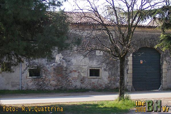 """A Zevio, sul muro esterno della Villa da Lisca, si vedono alcune tracce di una scritta ormai quasi completamente cancellata. La scritta recitava così: """"senza preparazione degli spiriti non c'è vittoria ne gloria. Mussolini"""""""