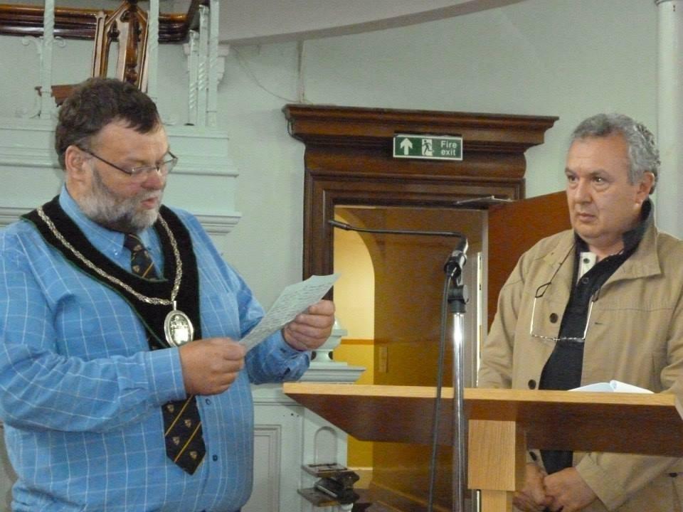 Mayor Market Rasen legge la lettera di un prigioniero inglese aperta dopo 70 anni