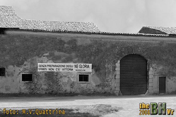 """Una ricostruzione di come poteva apparire la scritta si puo' vedere in questa fotografia, elaborata graficamente dal regista Mauro Quattrina, utilizzata nel suo documentario """""""