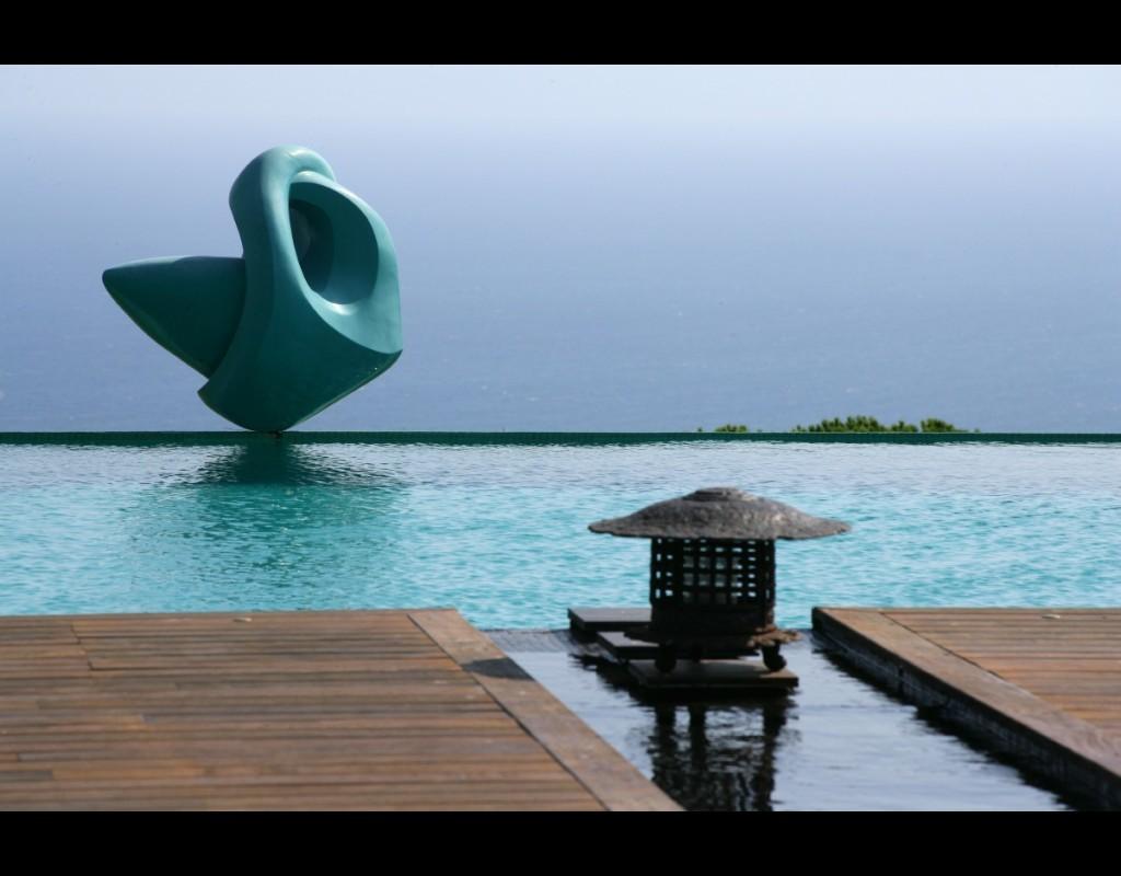 Vista canal con escultura en fibra de vidrio de Sabine Morvan