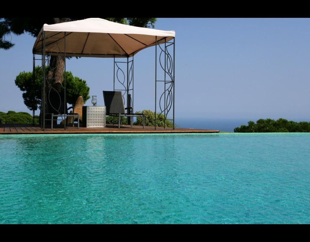 Piscina piscina y pérgola norte
