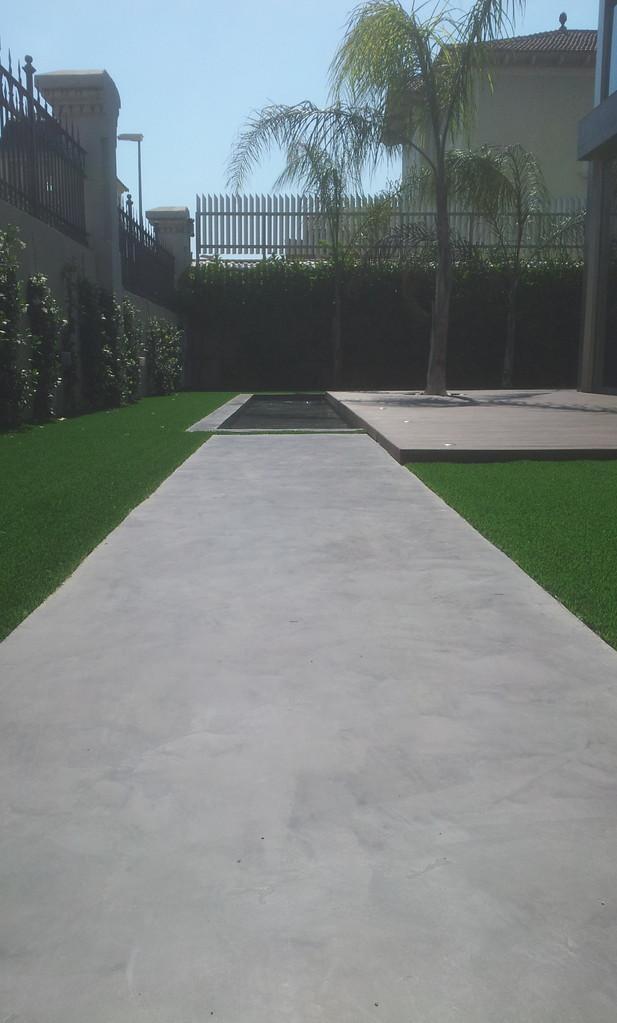 utilizamos un micro cemento especial piscinas para realizar los acabados