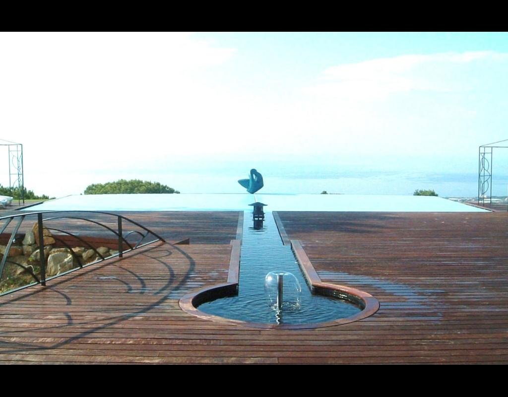 Vista fuente surtidor - canal - piscina.