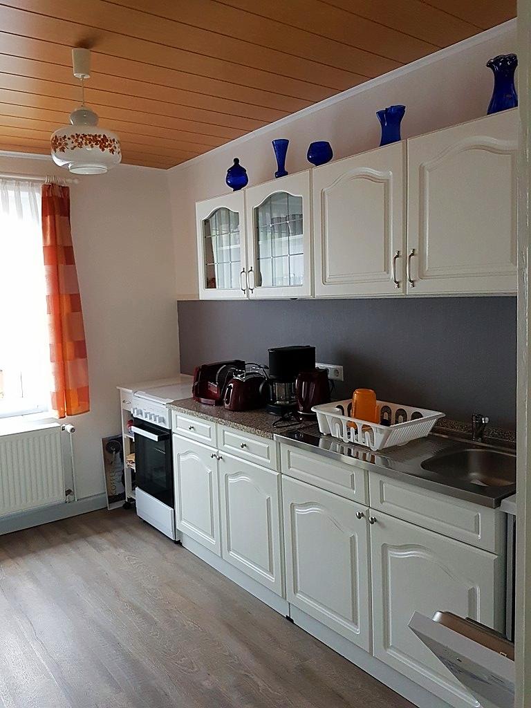 In der funktionell voll ausgestatteten Küche, ...