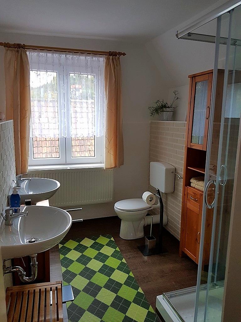 Das sich im OG befindende große Bad ist mit einem WC, ...