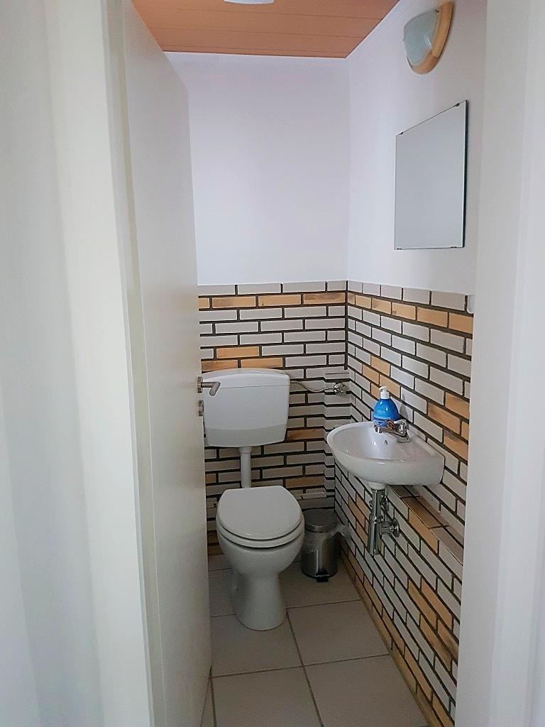 Gerade wenn Sie nicht allein anreisen, ist das kleine WC mit Waschbecken sehr praktisch.