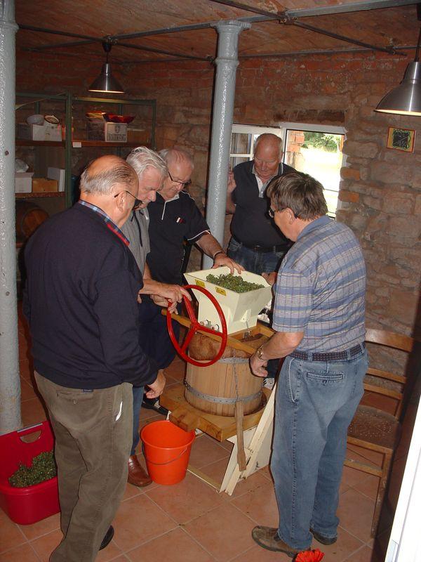 Die Weinfreunde beim Keltern - wir sind begeistert!