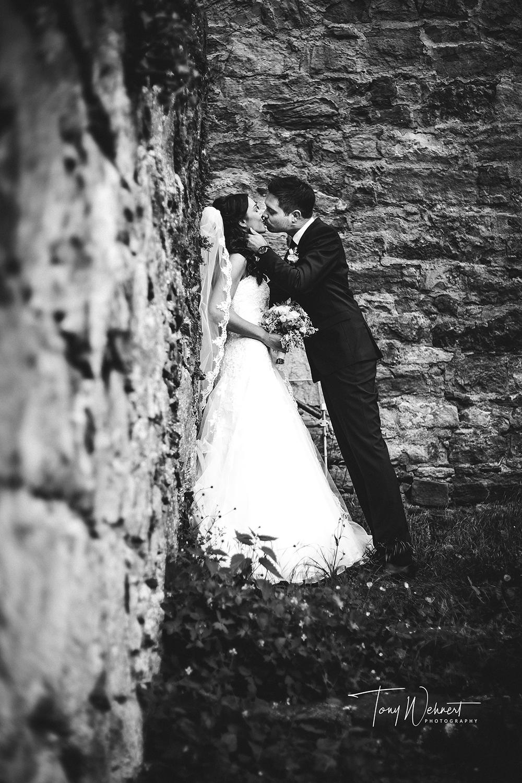 Kussfoto der frisch Verheirateten