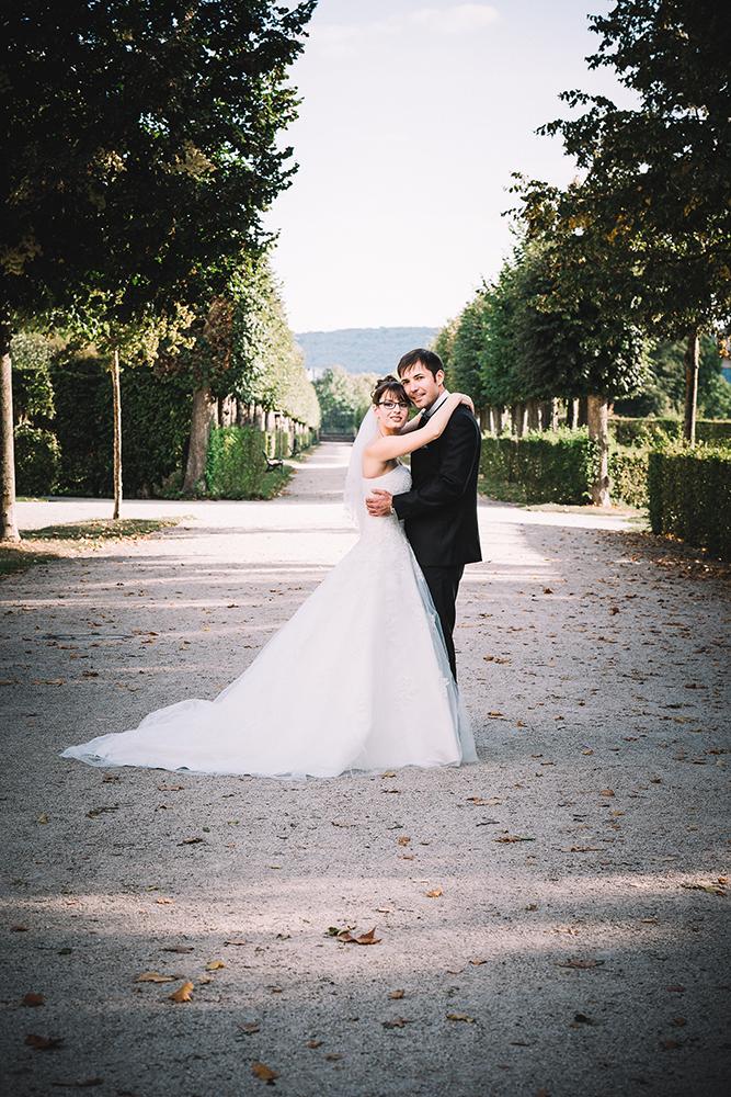 klassiches Hochzeitsfoto im grünen Schlossgarten