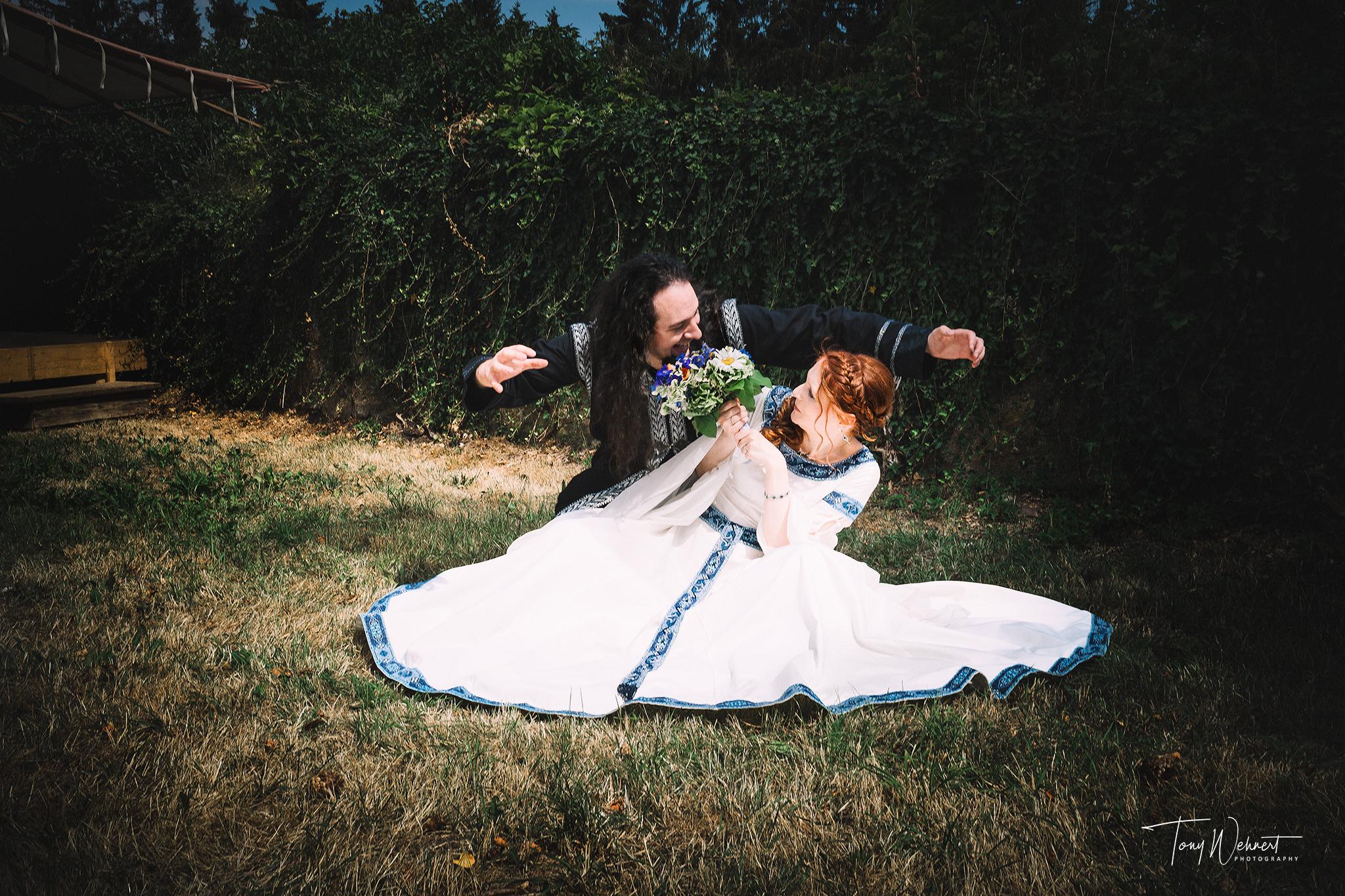 lustiges Hochzeitsbild mit lockerem Pärchen im Mittelalter Setting