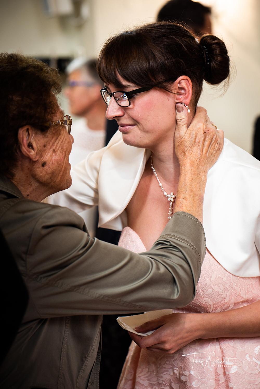 Braut weint bei Gratulation von der Oma