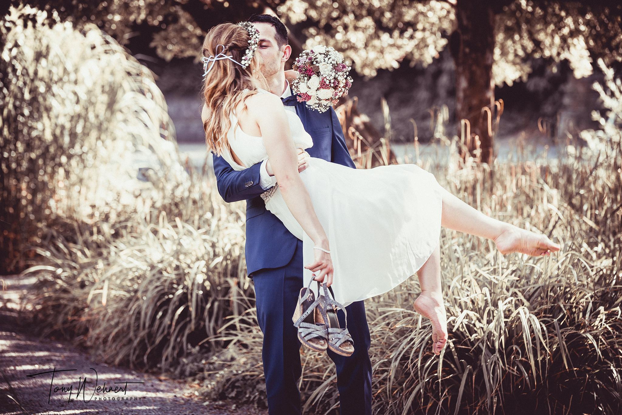 Hochzeitsbild eines jungen Paars mit starker Bearbeitung im Grünen