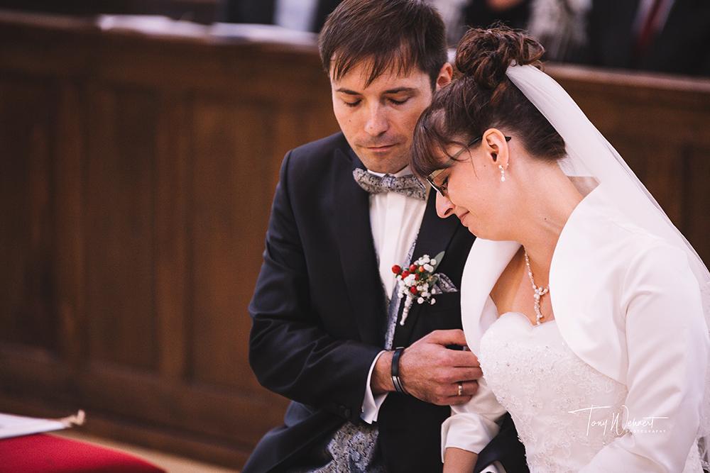 emotionale Braut bei der kirchlichen Hochzeit