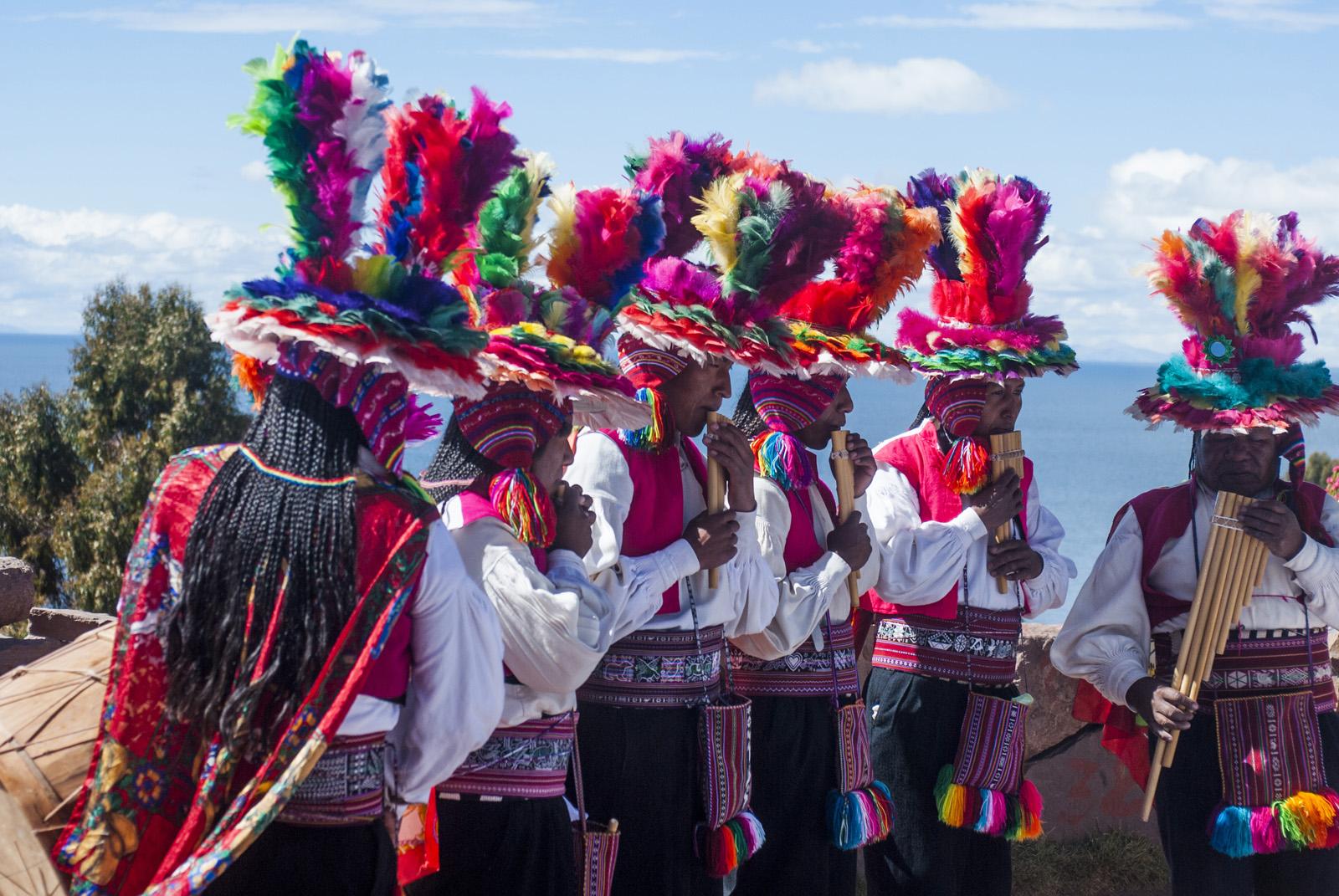 Musiker in Tracht, Titicacasee