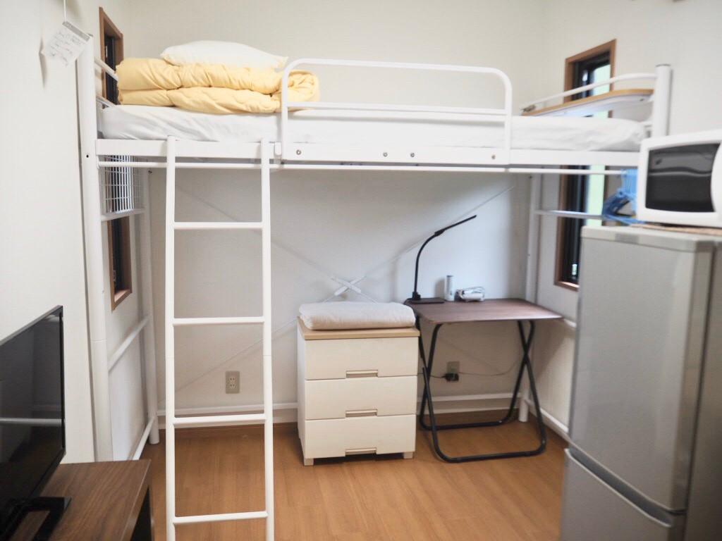 ロフト式のベッド ベッド下にはワークデスクもご用意しています