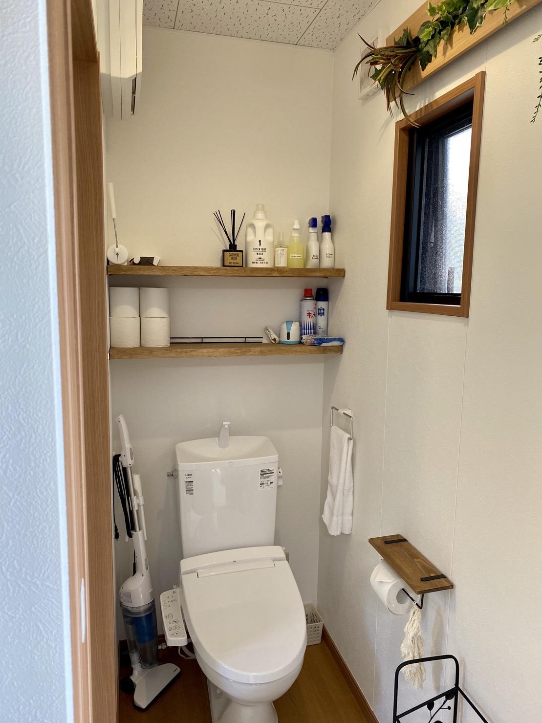 清潔感あるお手洗い。掃除用具なども揃えています