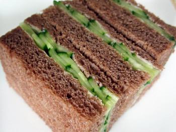 英国スタイルのアフタヌーンティーにきゅうりのサンドウィッチは欠かせない!?