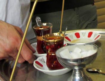 トルコではどこでも気軽にチャイが飲める。チャイの配達もOK