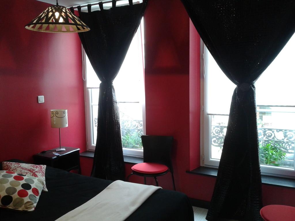 La chambre noir et rose Litchie du pti't Loft