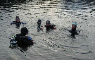 Unsere Taucher im nur noch 9°C kalten Wasser