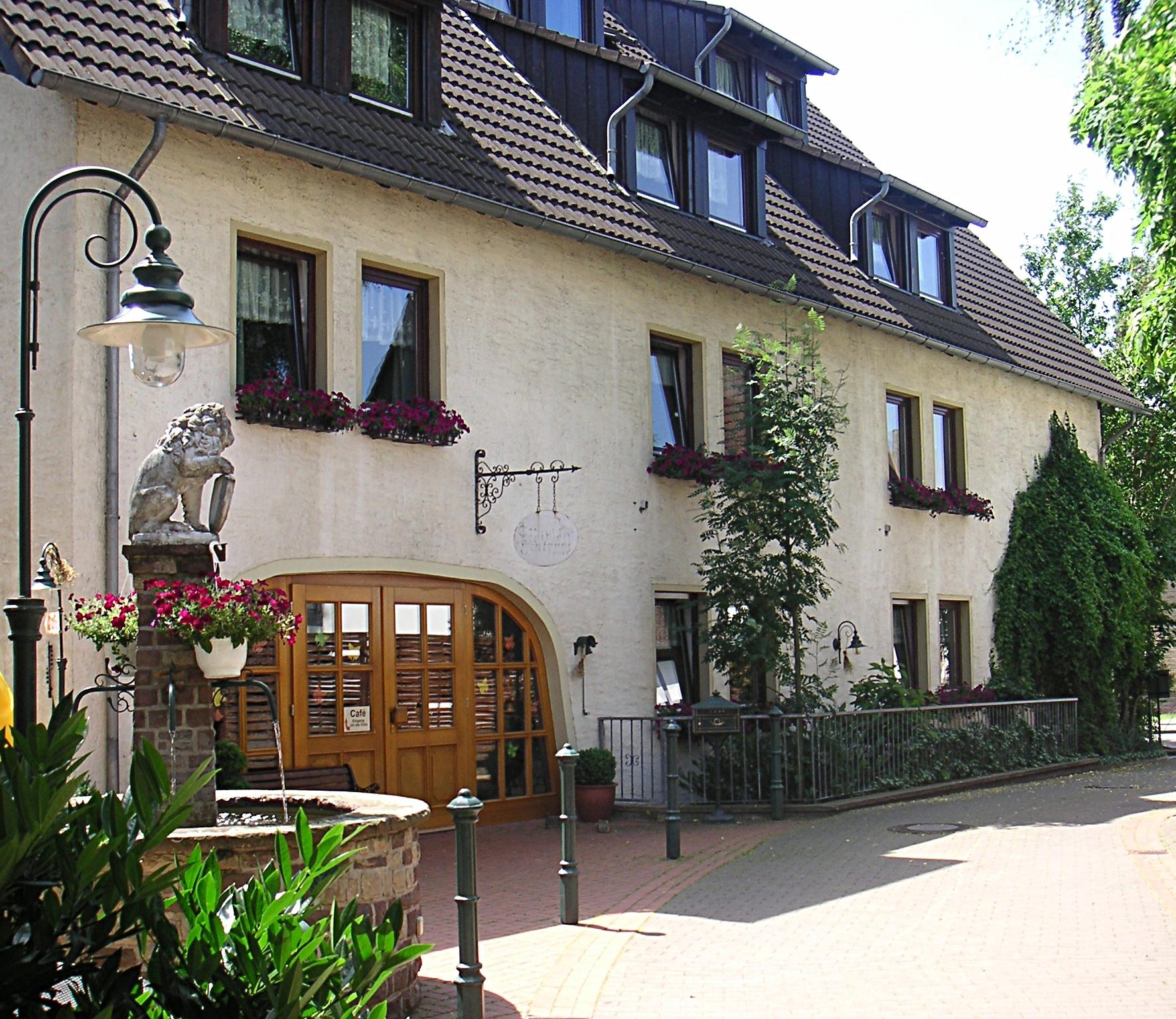 Innenhof mit Löwenbrunnen Hotel 4 Spitzen
