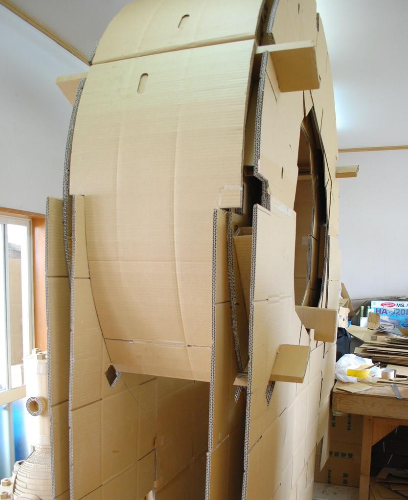ケーシングパネルは直径1.8mの界壁パネルの曲線に沿って3枚のダンボールを貼り合わせて製作。