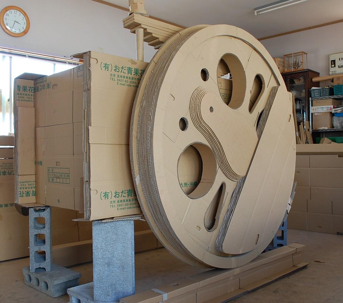 台枠に取り付けた主動輪。大きなウエイトが特徴。