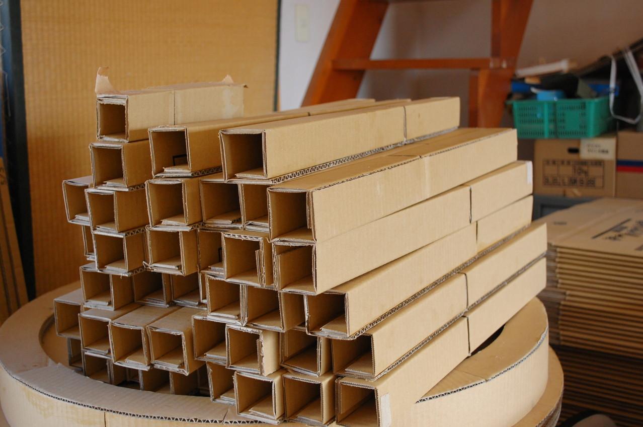 パネルの芯材は5cm角の紙パイプ。