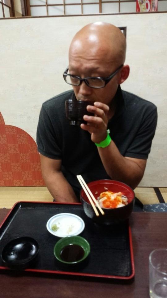 ホースマネージャーの廣川氏のデザートは海鮮丼!