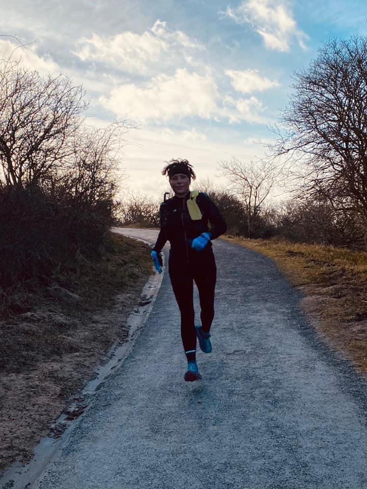 Esther Sweeris (Voorne Atletiek) loopt de Duinhopper.