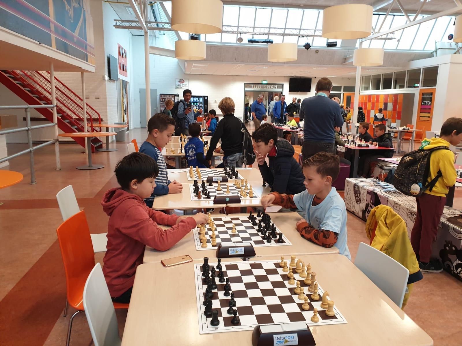 Jeugd schaakvereniging Spijkenisse enthousiast aan de start van fysieke schaaktoernooien.