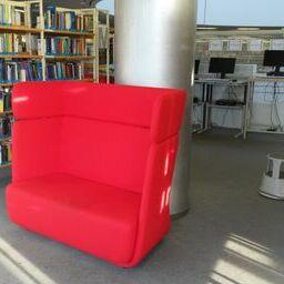 Zwei rote Sofas für Zentralbibliothek