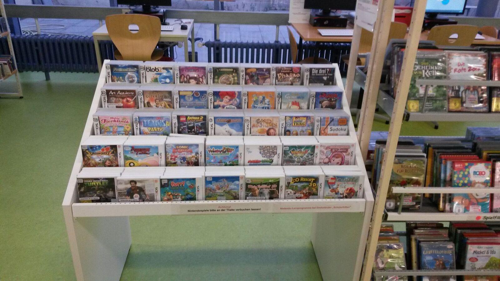 Präsentationsregal für NintdenoDS-Spiele in der Kinderbibliothek