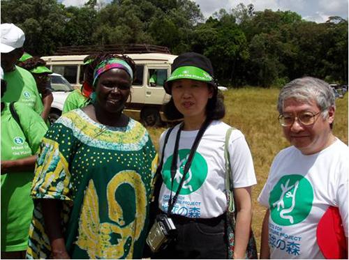With Wangari Maathai, laureate of Nobel Peace Prize and Dr. Keiichiro Komatsu, Representative for Europe and Africa of FGPE