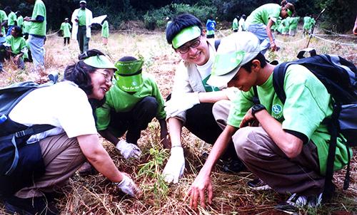 Japanese volunteers with Kenyan children